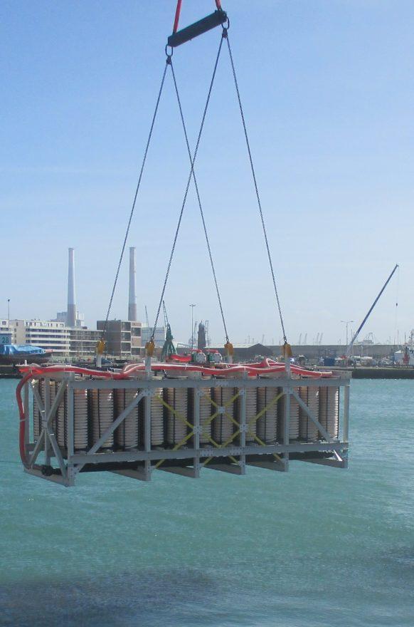Einlassen eines Wärmetauschers im Hafenbecken von Le Havre